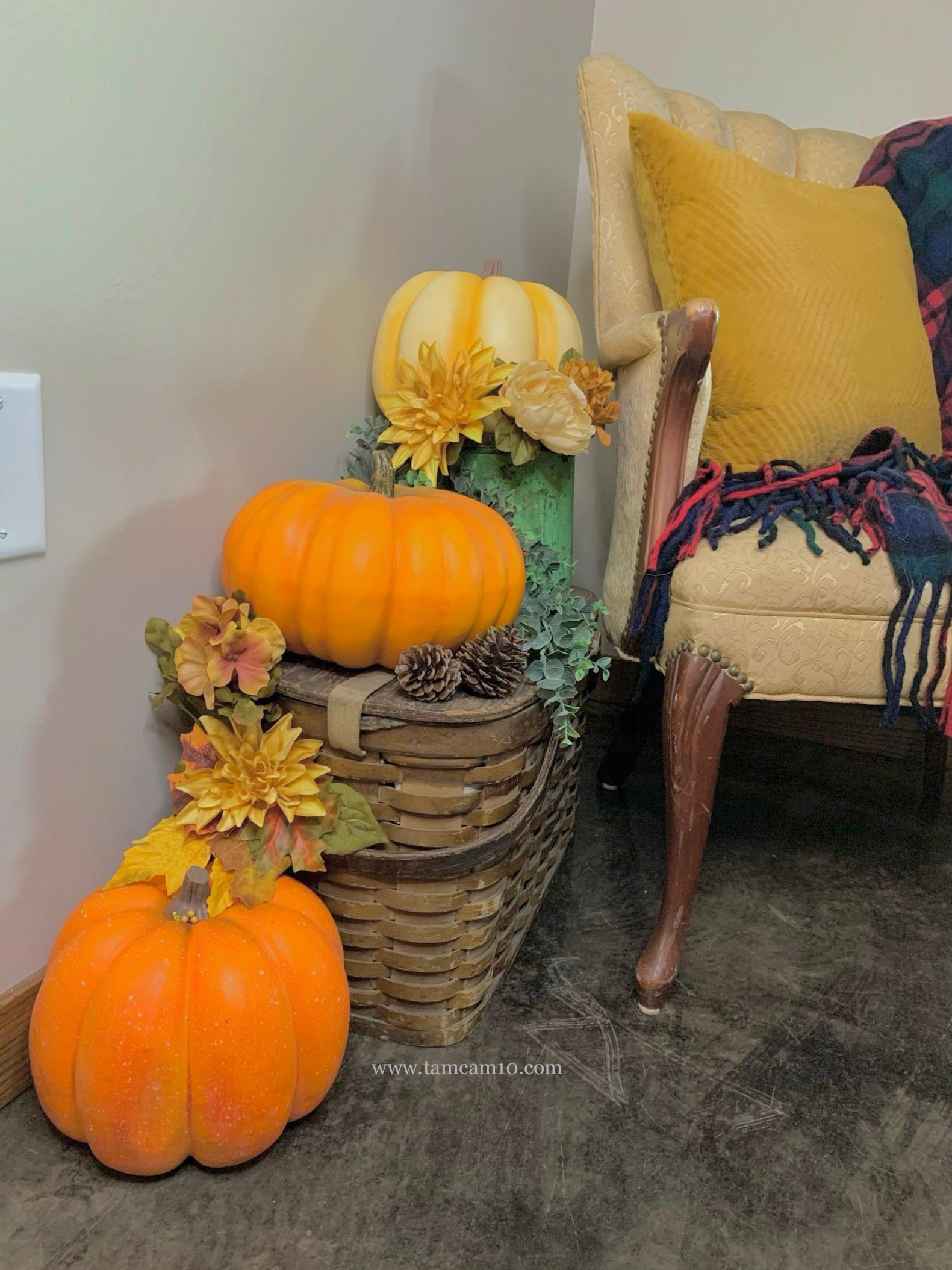 Falls Decor Ideas | Pumpkins | Vintage Picnic Basket | tamcam10